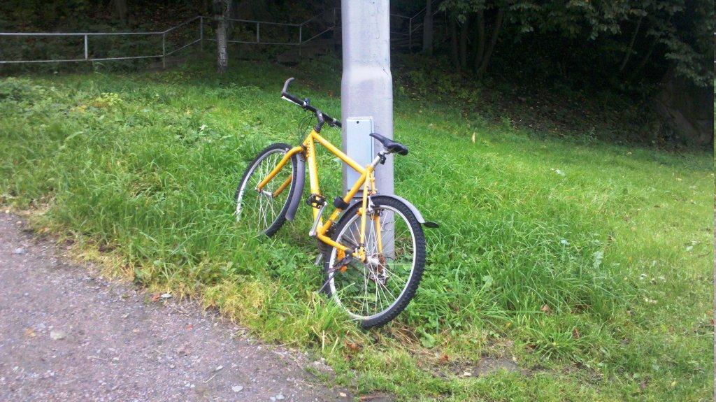Sepeda Kuning di Hepan Halte Chalmers   Berbagi Tak Pernah