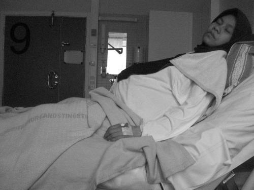 Tertidur sejenak di ruang no. 9. Menunggu waktu melahirkan.