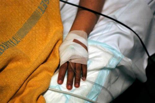 Selang infus dipasang di tangan untuk memasukkan suntikan pemicu kontraksi.