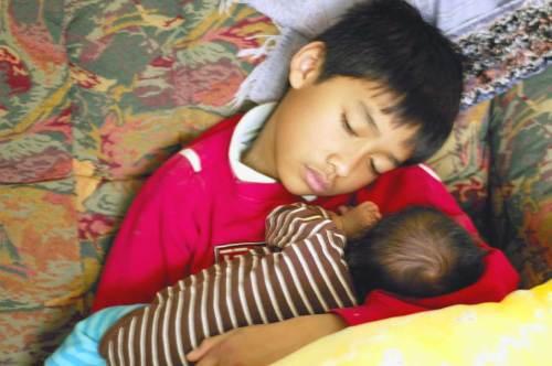 Mas Royan tertidur ketika menidurkan adiknya, Yusuf.