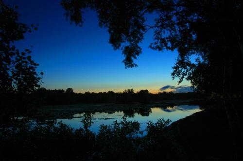 Lewat tengah malam. Sinar sang surya masih terlihat di ufuk timur.