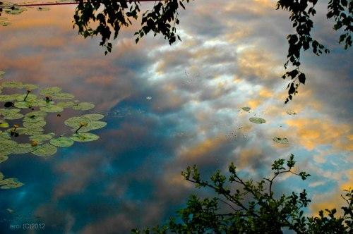 Reflesi langit di permukaan danau Svartemossa tepat tengah malam.