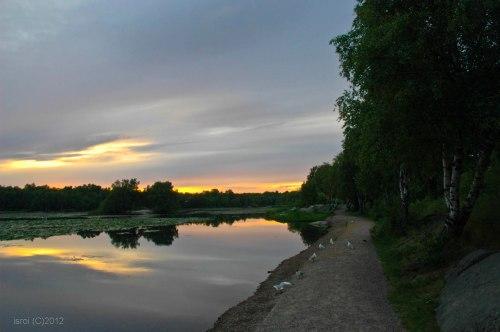 Suasana terbenamnya matahari (sunset) di danau Svartemosse