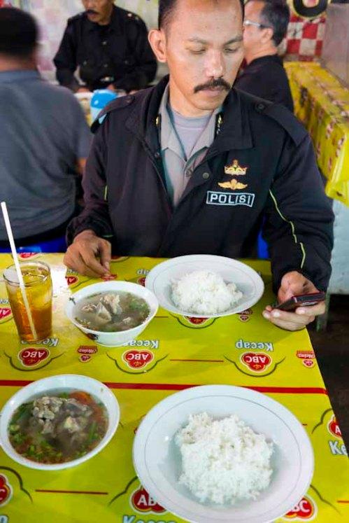Makan sop buntut Mbak Par bareng sastrawan yang berbaju Polisi :)