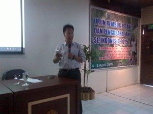 Saat menjadi pembicara di acara Urun Rembug Petani Jahe Se-Indonesia. Foto diambil dari wall FB salah satu panitia.