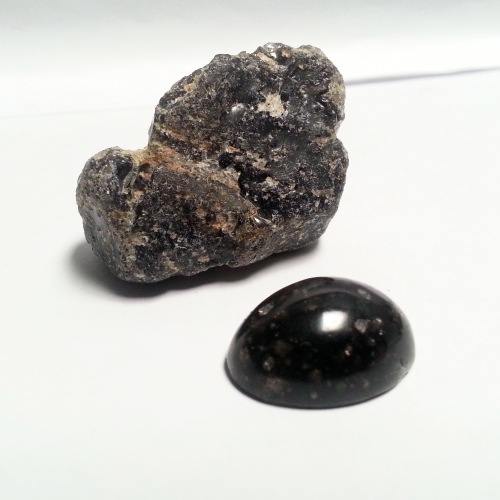 Batu Akik Ruang Angkasa yang sangat unik. Batunya terlihat seperti kerikil biasa, tetapi kalau digosok luar biasa.