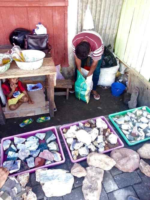 pedagang batu obi pasar gamalama