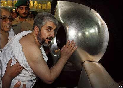 Mencium hajar aswad haji mekkah