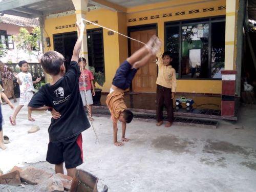 permainan loncat tali anak-anak