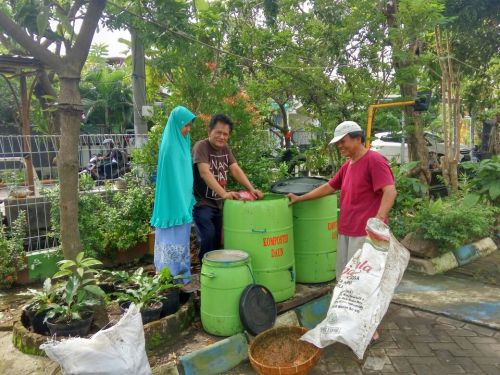 Pengomposan sampah daun dengan komposter dan aktivator Promi.